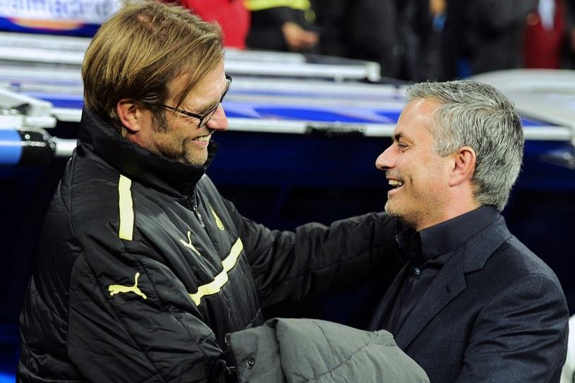 Jose Mourinho (z prawej) uśmiecha się do Juergena Kloppa, ale chciał mu wykraść Łukasza Piszczka. /AFP