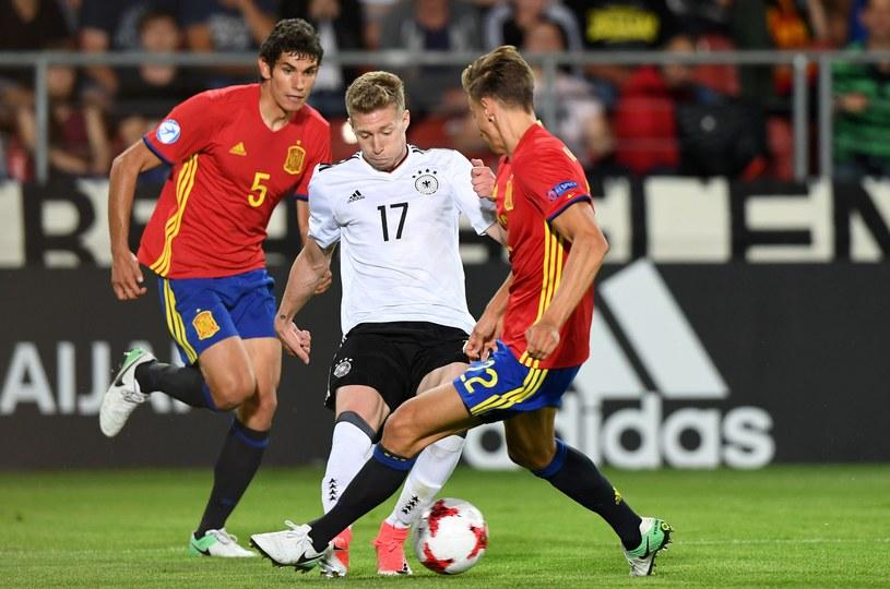 Jose Vallejo (z lewej) i Mitchell Weiser w wielkim finale Euro 2017 U-21. /AFP