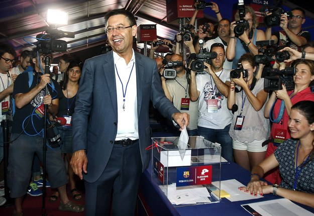 Josep Maria Bartomeu oddaje głos w wyborach prezesa Barcelony /ANDREU DALMAU /PAP/EPA