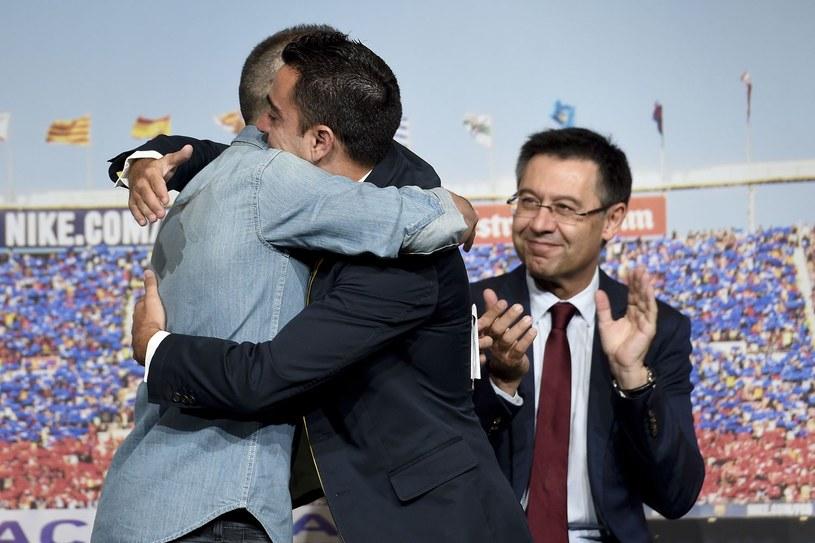 Josep Maria Bartomeu (z prawej) podczas pożegnania Xaviego /AFP