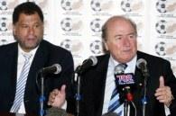 Joseph Blatter (z prawej) zarobił w środę dużo pieniędzy /AFP