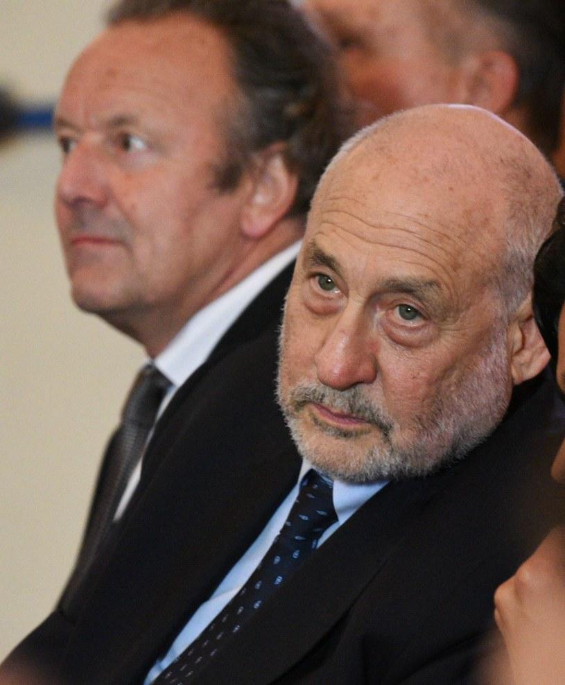 Joseph Stiglitz (P) i Mark Pieth /AFP