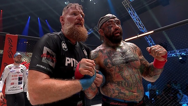 Josh Barnett (z lewej) nie dał szans Marcinowi Różalskiemu /Polsat Sport