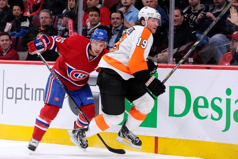 Josh Gorges (z lewej, Montreal Canadiens) i Scott Hartnell (Philadelphia Flyers) /AFP