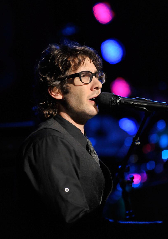 Josh Groban gra koncerty z orkiestrą, ale lubi też te na fortepian, gitary i harmonię  /Getty Images/Flash Press Media