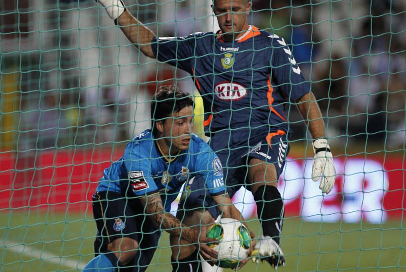 Josue Pesqueira, jeszcze jako zawodnik FC Porto, wyciąga piłkę z bramki... Pawła Kieszka /East News /East News