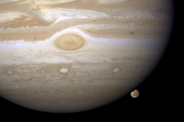 Jowisz i jeden z jego księżyców /AFP