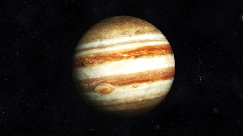 """Jowisz w naszym Układzie Słonecznym działa niczym """"tarcza"""", często przyciągając małe obiekty /123RF/PICSEL"""