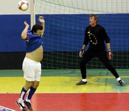 Józef Młynarczyk (z prawej) będzie szkolił bramkarzy w reprezentacji Polski /AFP