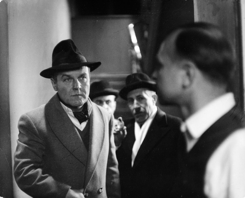 """Józef Para (w głębi) oraz Leonard Pietraszak, Grzegorz Heromiński i Ryszard Kotys w filmie """"Vabank"""" (1981) /archiwum /Agencja FORUM"""
