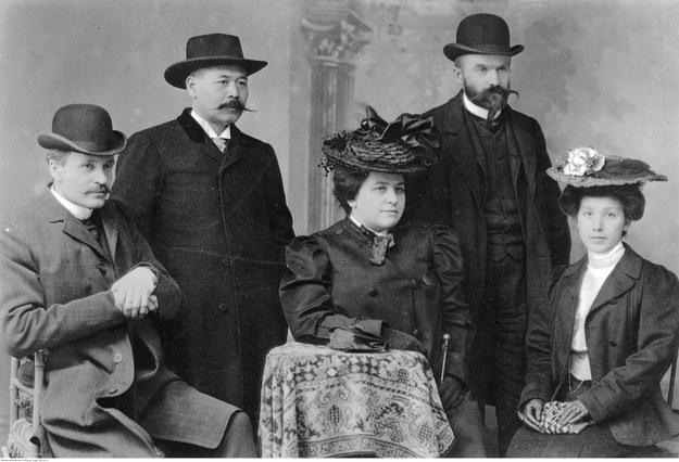 Józef Piłsudski (drugi od prawej) i małżonka Maria (siedzi, trzecia od prawej) /Z archiwum Narodowego Archiwum Cyfrowego
