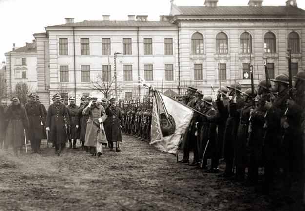Józef Piłsudski, Edward Śmigły-Rydz, Kazimierz Sosnkowski, Stanisław Szeptycki przed polskimi żołnierzami w Wilnie w 1919 roku /CENTRALNE ARCHIWUM WOJSKOWE /Wikimedia