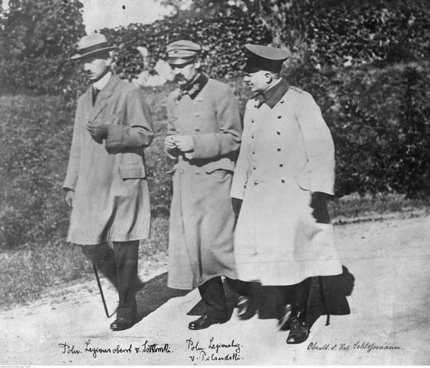 Józef Piłsudski, Kazimierz Sosnkowski i oficer armii niemieckiej Schlossmann w czasie spaceru na terenie twierdzy w Magdeburgu /Z archiwum Narodowego Archiwum Cyfrowego
