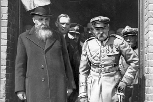 Józef Piłsudski na dworcu kolejowym w Bukareszcie. Obok premier Rumunii Nicolae Iorga /Z archiwum Narodowego Archiwum Cyfrowego
