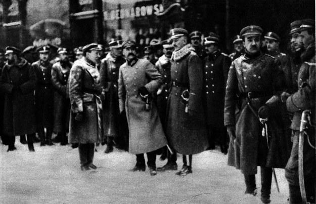 Józef Piłsudski odbiera defiladę wojska przed hotelem Bristol w Warszawie 11 listopada 1918 roku /Piotr Mecik /Agencja FORUM