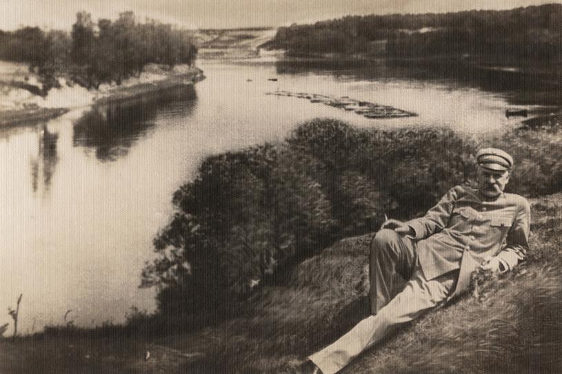 Józef Piłsudski w Druskienikach nad rzeka Niemen. Lata 1930 1958 /Agencja FORUM