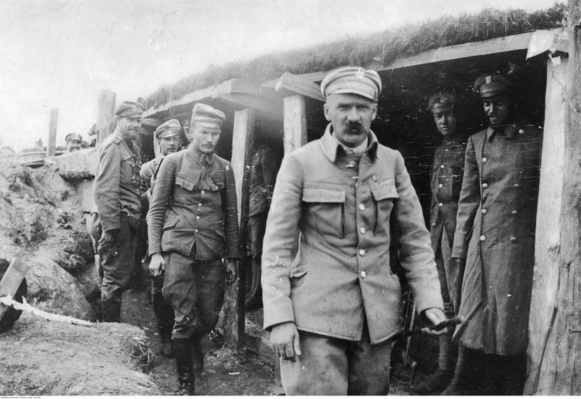 Józef Piłsudski w okopach 1 pułku piechoty Legionów Polskich. Rok 1916 /Z archiwum Narodowego Archiwum Cyfrowego