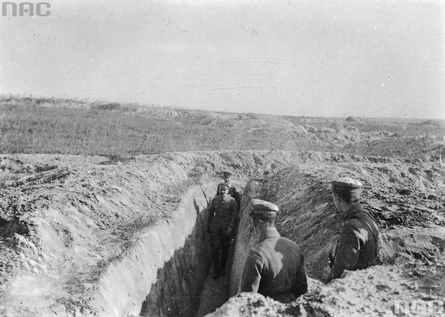 Józef Piłsudski w okopach Legionów Polskich nad Nidą. Zdjęcie z 1915 roku /Z archiwum Narodowego Archiwum Cyfrowego