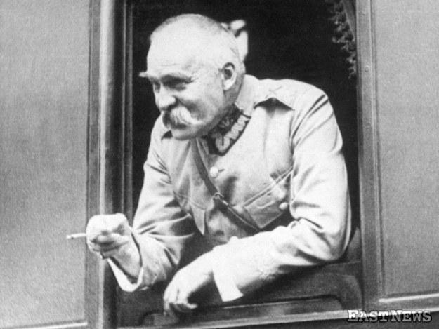 Józef Piłsudski w pociągu, w drodze do Wilna (lata 20.) /Zbiory Muzeum Niepodległości /East News