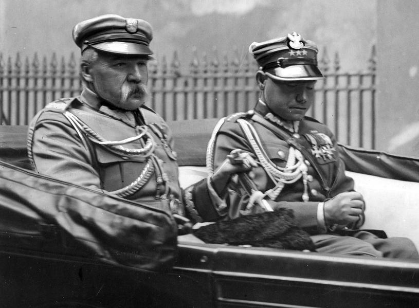 Józef Piłsudski w samochodzie ze swoim adiutantem, Mieczysławem Lepeckim. Fotografia z 1932 roku /Narodowe Archiwum Cyfrowe /domena publiczna