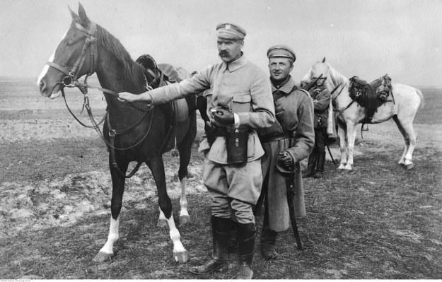 Józef Piłsudski z Kasztanką u boku /Z archiwum Narodowego Archiwum Cyfrowego