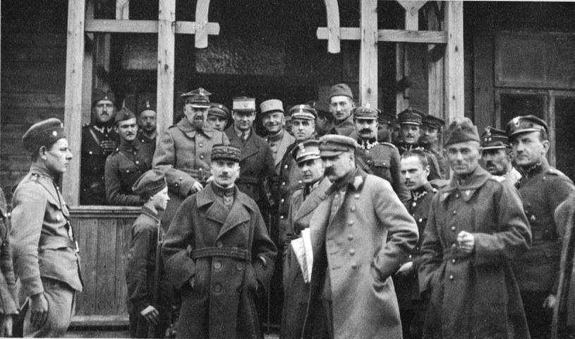 Józef Piłsudski z oficerami w okresie bitwy nad Niemnem, rok 1920 /FoKa /Agencja FORUM