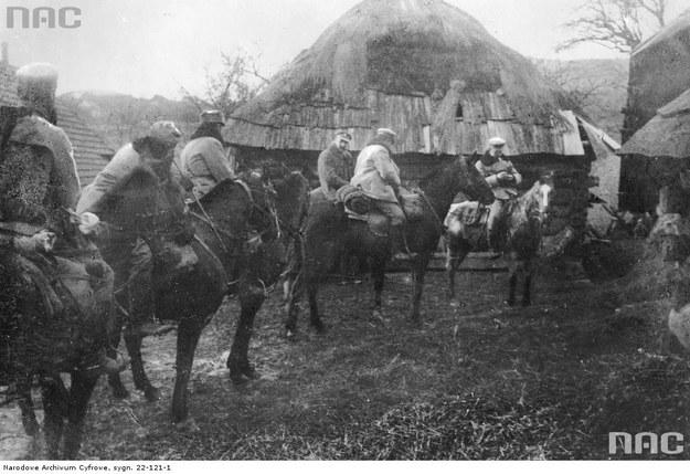 Józef Piłudski wraz z kawalerzystami legionowymi na drodze z Limanowej do Kamienicy, 10.12.1914 /Z archiwum Narodowego Archiwum Cyfrowego