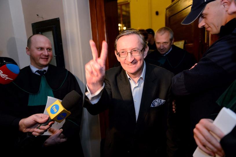 Józef Pinior wychodzi z sali rozpraw, po posiedzeniu aresztowym /Jakub Kaczmarczyk /PAP