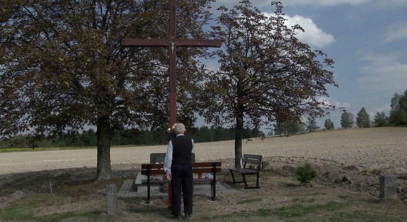 Jóżef Sowa przy grobie rodziców w Wierzchowisku /Marcin Rapacz /INTERIA.PL