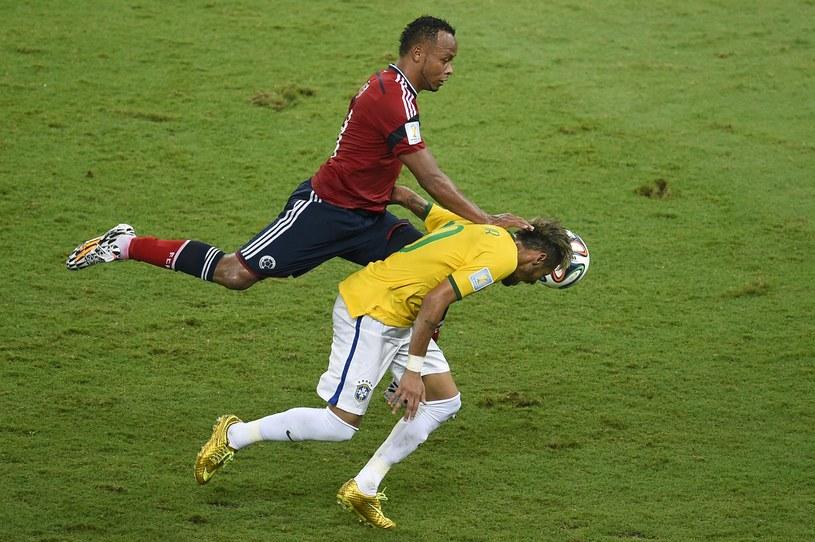 Juan Camilo Zuniga (z lewej) staranował Neymara /AFP