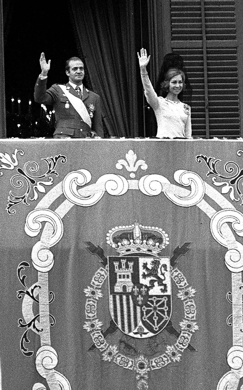 Juan Carlos I z dynastii Burbonów tron objął w 1975 roku /STR /PAP/EPA