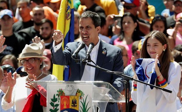 Juan Guaido, który ogłosił się tymczasowym prezydentem Wenezueli, zapowiedział we wtorek, że pomoc humanitarna dotrze do kraju 23 lutego /PAP/EPA/LEONARDO MUNOZ  /PAP/EPA