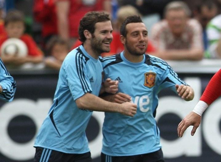 Juan Mata i Santi Cazorla /AFP