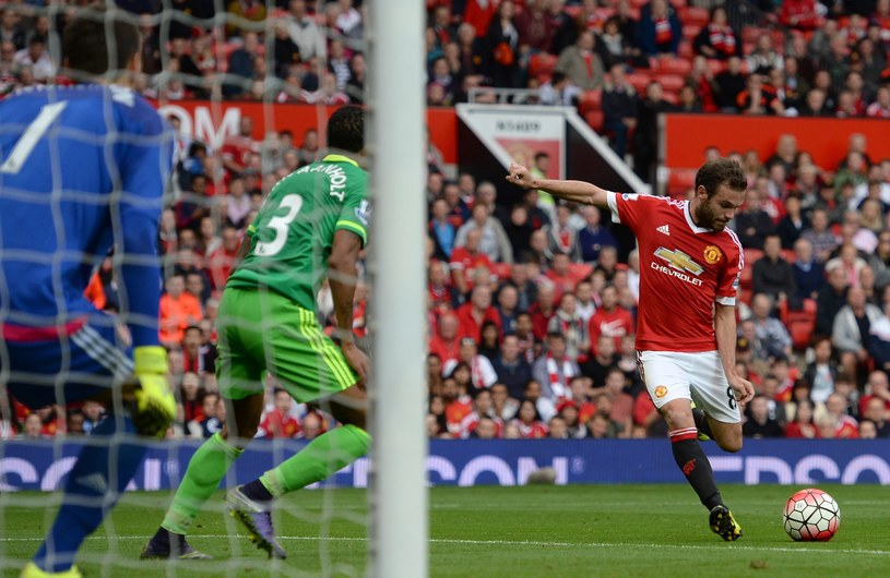 Juan Mata strzela gola dla Manchesteru United /AFP