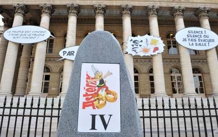 Jubileuszowy menhir przed pałacem Brongniart /AFP