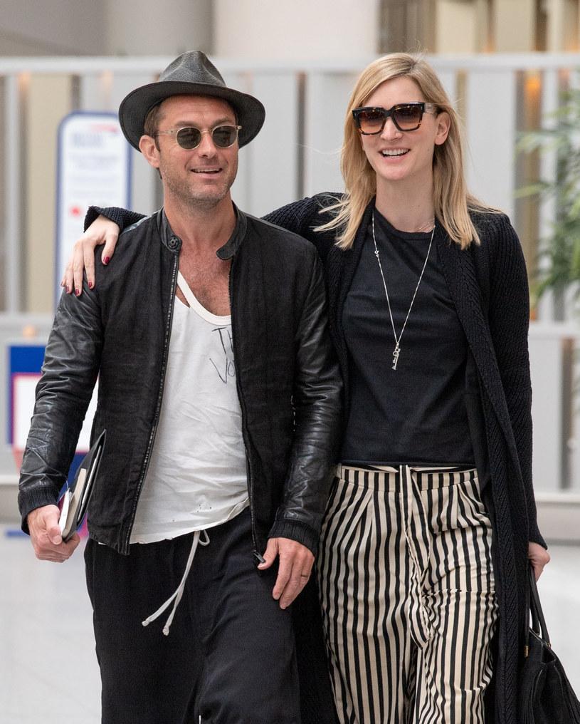 Jude Law na spacerze z żoną /Splashnews /East News