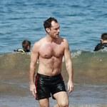 Jude Law pokazuje klatę. Sexy?
