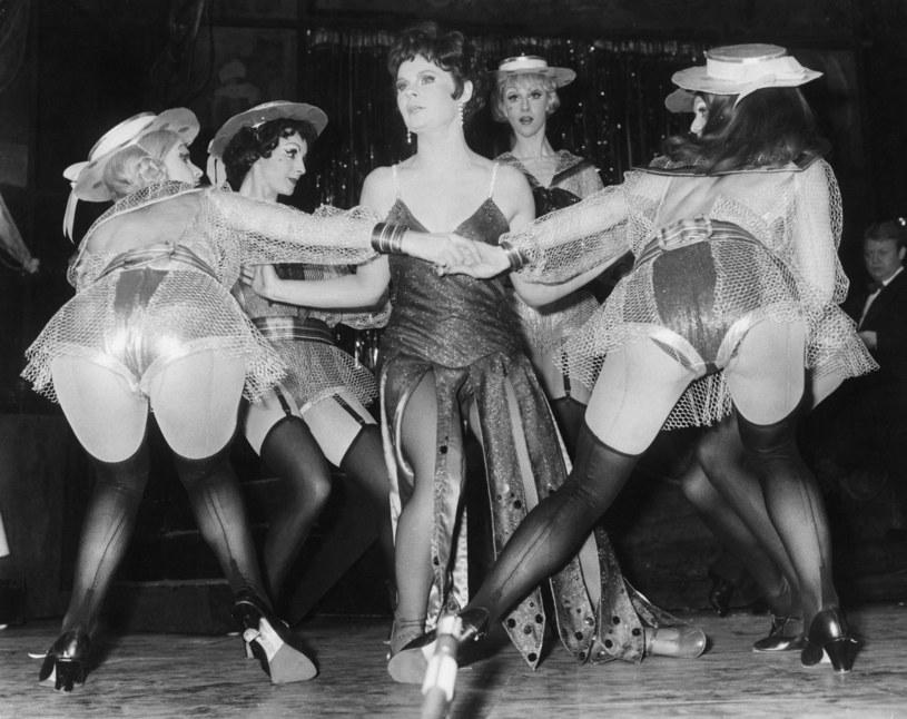 """Judi Dench jako Sally Bowles w """"Kabarecie"""" (1968) na deskach londyńskiego Palace Theatre / Bob Aylott/Keystone/Hulton Archive /Getty Images"""