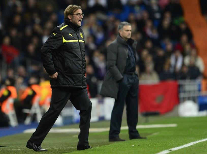 Juergen Klopp (na pierwszym planie) nie dał się pokonać ekipie Jose Mourinha /AFP