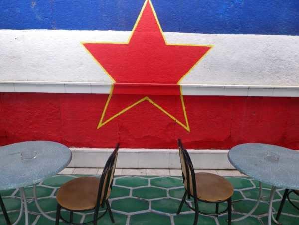 Jugosławia nigdy do końca nie umarła. Na zdjęciu: jeden z barów w Skopje, stolicy Macedonii /Ziemowit Szczerek /INTERIA.PL