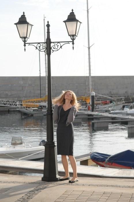 Julia (Agata Buzek) chciała podczas urlopu nabrać dystansu po stracie ukochanego. /Agencja W. Impact