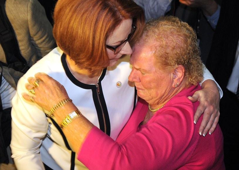 Julia Gillard z jedną z matek /AFP