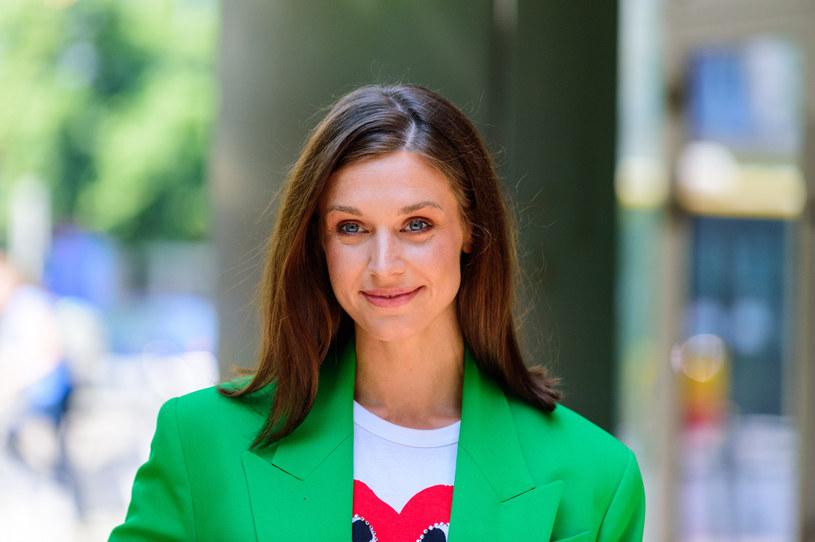 Julia Kamińska ma świetny styl. Tutaj przyłapana w zielonym garniturze /Artur Zawadzki /Reporter