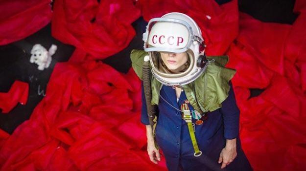 Julia Kijowska w kosmosie - fot. e-teatr.pl/Wojciech Radwański /
