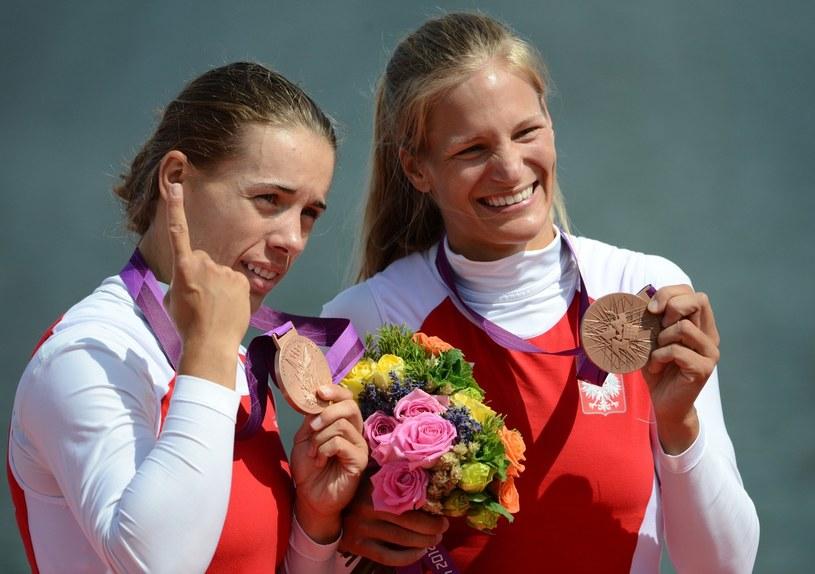 Julia Michalska (z prawej) i Magdalena Fularczyk z medalami IO w Londynie. /AFP