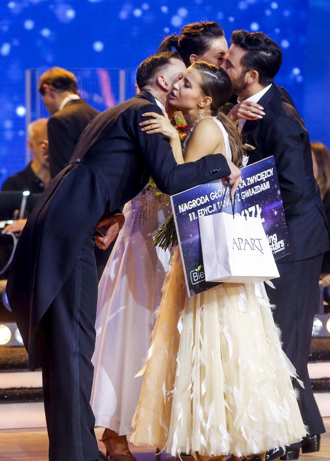 Julia Wieniawa gratuluje zwycięskiej parze /Baranowski /AKPA