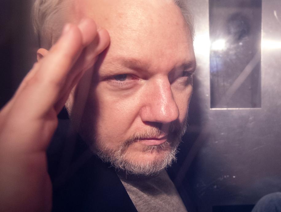 Julian Assange w drodze do londyńskiego sądu na zdjęciu z 1 maja /NEIL HALL /PAP/EPA