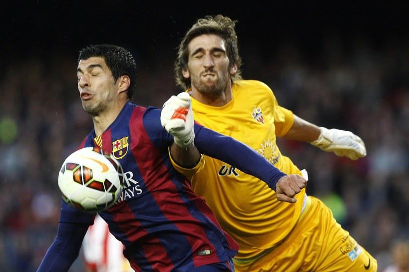Julian Cuesta (z prawej) kontra Luis Suarez /AFP
