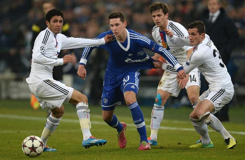 Julian Draxler (w niebieskiej koszulce), gwiazda Schalke Gelsenkirchen /AFP