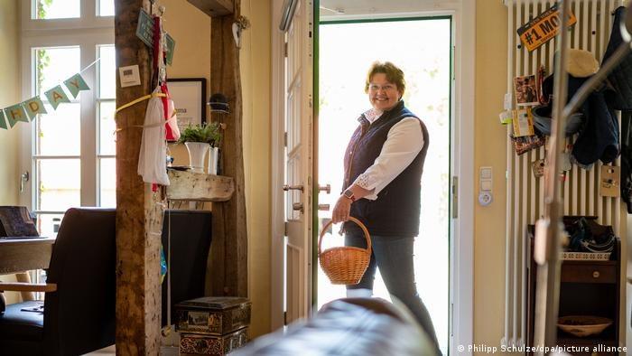 Juliane von der Ohe wszczepionym czipem otwiera drzwi domu /Philipp Schulze/dpa/picture alliance /Deutsche Welle